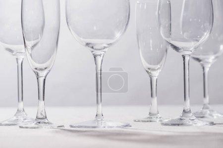 Photo pour Verres clairs brillants sur surface blanche isolés sur gris - image libre de droit