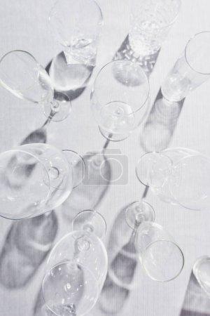 Photo pour Vue du dessus des lunettes transparentes avec ombre sur toile grise - image libre de droit