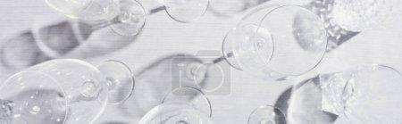 Photo pour Vue de dessus des lunettes claires avec ombre sur toile grise, vue panoramique - image libre de droit