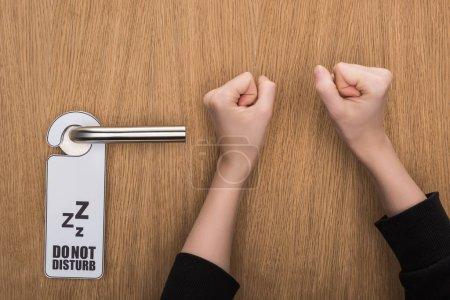 Photo pour Crochet vue d'une femme frappant à la porte sans signe de dérangement - image libre de droit