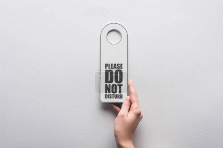 Photo pour Crochet vue de la femme tenant s'il vous plaît ne dérangez pas le signe sur fond blanc - image libre de droit