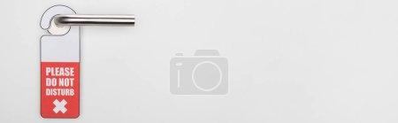 Photo pour S'il vous plaît ne dérangez pas le panneau sur la poignée sur fond blanc, photo panoramique - image libre de droit