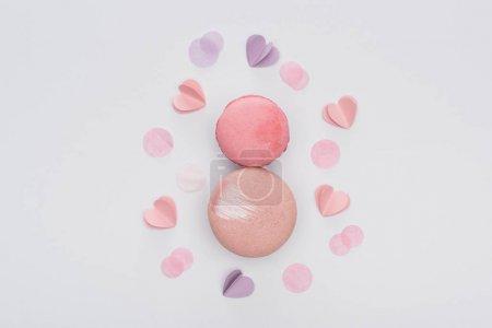 Photo pour Top vue de macarons roses et de cœurs violets isolés sur - image libre de droit