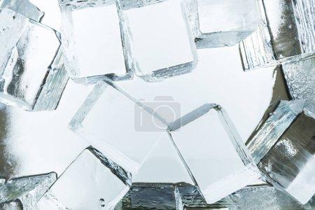 Foto de Vista superior de los cubos transparentes de hielo cuadrado en espejo. - Imagen libre de derechos