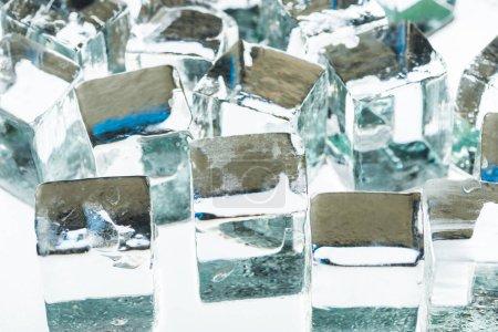 Photo pour Vue rapprochée de la fonte des glaçons carrés transparents transparents - image libre de droit