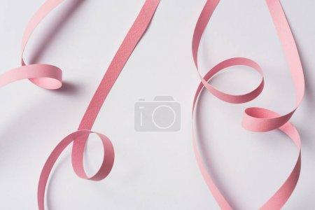 Foto de Vista superior del remolino de papel rosa sobre fondo blanco - Imagen libre de derechos