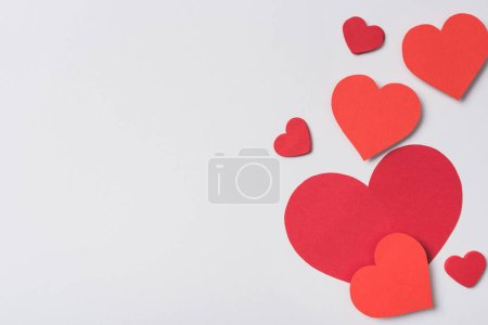 Photo pour Vue du dessus des coeurs rouges sur fond blanc - image libre de droit