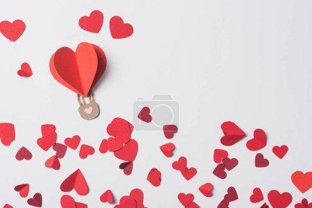 Photo pour Top vue du coeur rouge avec cadenas entre les coeurs sur fond blanc - image libre de droit