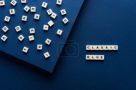 Photo pour Vue de dessus du lettrage bleu classique sur cubes sur fond bleu - image libre de droit