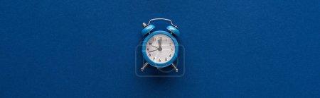 Photo pour Vue du haut du réveil sur fond bleu, photo panoramique - image libre de droit