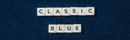 Photo pour Vue de dessus du lettrage bleu classique sur cubes sur fond velours bleu, vue panoramique - image libre de droit