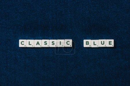 Photo pour Vue de dessus du lettrage bleu classique sur cubes sur fond de velours bleu - image libre de droit