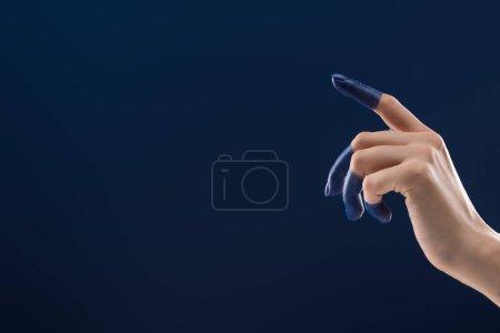 przycięty widok kobiecej ręki z pomalowanymi palcami odizolowanymi na niebiesko