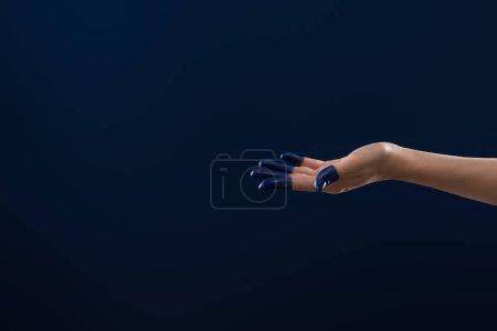 vista recortada de la mano femenina con los dedos pintados aislados en azul