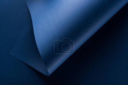 widok z góry zakrzywiony niebieski tło papieru