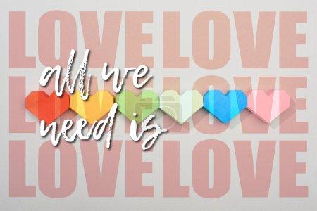 Photo pour Vue du dessus des coeurs de papier sur fond gris avec tout ce dont nous avons besoin est illustration amour - image libre de droit