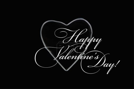 Photo pour Vue du haut d'un fil métallique en forme de coeur isolé sur noir avec une illustration de jour de valentins heureux - image libre de droit