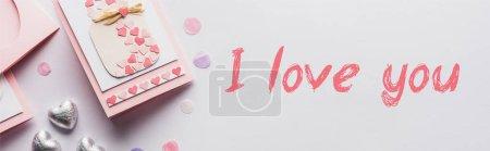 Foto de Vistas superiores de la decoración, tarjeta de felicitación, corazones, confeti sobre fondo blanco con i love you lettering, foto panorámica. - Imagen libre de derechos