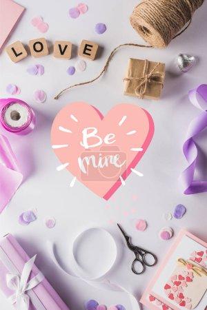 Photo pour Vue de dessus de la décoration de valentines, cadeaux, fournitures artisanales et lettrage d'amour sur cubes sur fond blanc avec être mien i illustration coeur - image libre de droit