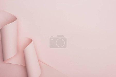 Draufsicht auf rosa Papierwirbel auf rosa Hintergrund