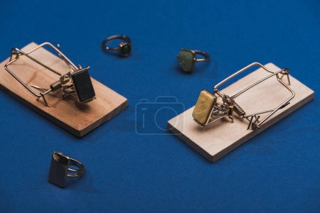 Foto de Vista de cierre de las cintas dentadas y los anillos de joyería sobre la superficie azul - Imagen libre de derechos