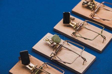 Foto de Cerrar la vista de las trampas de madera con anillos de joyería en fondo azul con espacio de copia. - Imagen libre de derechos