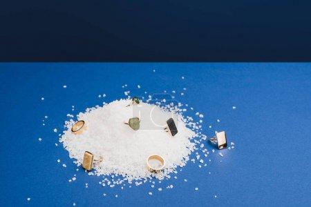 Pierścionki z kamieni szlachetnych na soli na klasycznym niebieskim tle