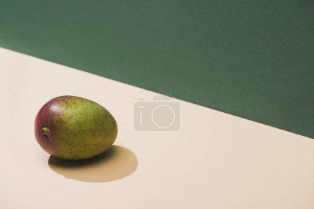 Photo pour Mangue fraîche sur fond vert et blanc - image libre de droit