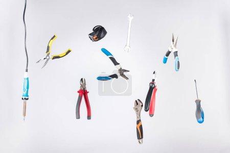 Photo pour Ensemble d'outils lévitants dans l'air isolés sur gris - image libre de droit