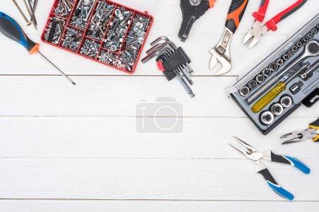 Foto de Vista superior del conjunto de herramientas con cajas de herramientas sobre superficie de madera blanca. - Imagen libre de derechos