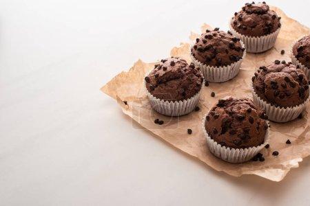 Foto de Muffins de chocolate fresco en papel de pergamino - Imagen libre de derechos