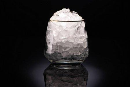 Photo pour Verre transparent avec glace sur fond noir - image libre de droit