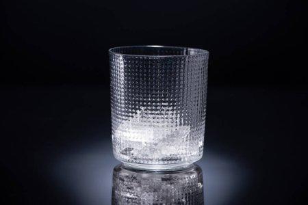 Photo pour Verre facetté avec glace sur fond noir - image libre de droit