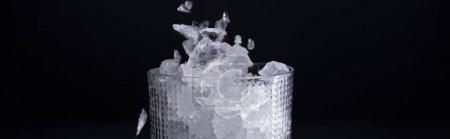 Photo pour Verre à facettes avec glace fracassée isolé sur noir, plan panoramique - image libre de droit
