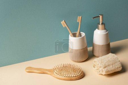 Photo pour Brosses à dents, brosse à cheveux, distributeur de savon liquide et éponge sur beige et gris, concept zéro déchet - image libre de droit