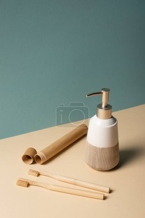 Photo pour Brosses à dents, trousse à brosses à dents, distributeur de savon liquide beige et gris, concept zéro déchet - image libre de droit