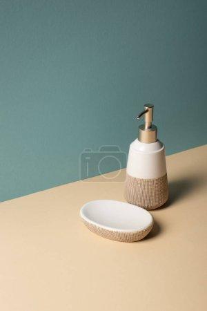 Photo pour Distributeur de savon liquide et porte-savon beige et gris, concept zéro déchet - image libre de droit