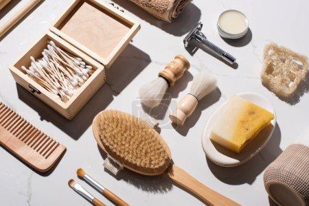 Foto de Visión superior de los artículos higiénicos sobre fondo blanco, concepto de cero residuos - Imagen libre de derechos