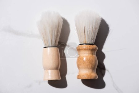Photo pour Vue en haut des brosses de rasage sur fond blanc, concept zéro déchet - image libre de droit
