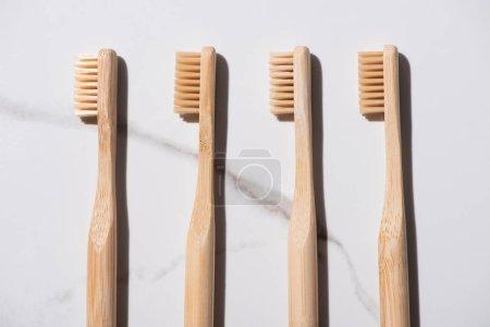 Photo pour Vue en haut des brosses à dents sur fond blanc, concept zéro déchet - image libre de droit