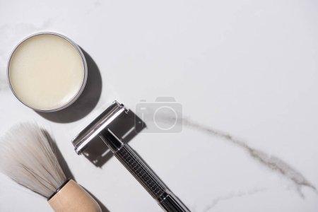 Górny widok słoika z woskiem, maszynką do golenia i szczotką do golenia na białym tle, zero koncepcji odpadów