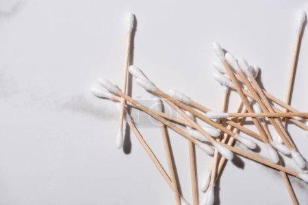 Photo pour Vue de dessus de bâtons d'oreille sur fond blanc, concept zéro déchet - image libre de droit
