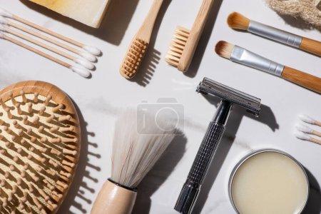 Photo pour Vue de dessus de différents types d'articles d'hygiène sur fond blanc, concept zéro déchet - image libre de droit