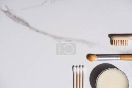 Photo pour Haut de la page brosse cosmétique, brosse à dents, pot de cire et bâtonnets d'oreilles sur fond blanc, concept zéro déchet - image libre de droit