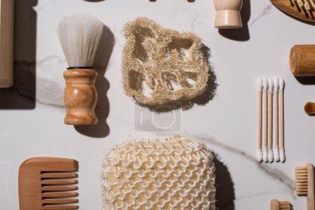 Photo pour Vue du dessus peigne, brosses à dents, bâtons d'oreille, éponges, brosses à raser sur fond blanc, concept zéro déchet - image libre de droit