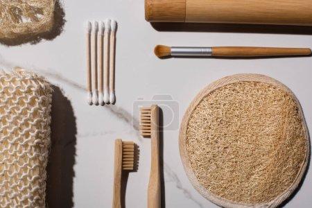 Photo pour Vue du dessus des éponges, des bâtons d'oreille, des brosses à dents, de la brosse à cosmétiques sur fond blanc, concept zéro déchet - image libre de droit