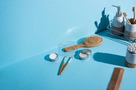 Photo pour Différents types d'articles d'hygiène sur fond bleu, concept zéro déchet - image libre de droit