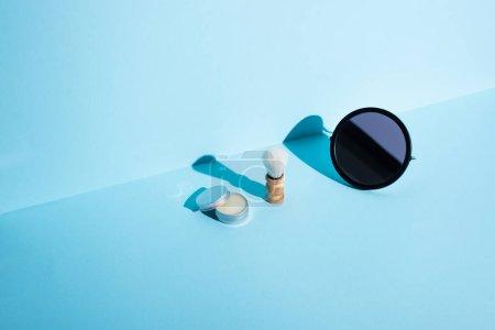 Photo pour Miroir, pot de cire et brosse à raser sur fond bleu, concept zéro déchet - image libre de droit