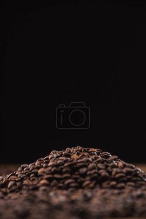 Photo pour Focus sélectif de grains de café torréfiés en pile isolés sur noir - image libre de droit