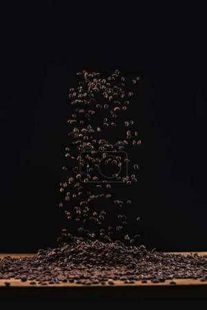 Foto de Frijoles recién tostados en el aire aislados en negro - Imagen libre de derechos